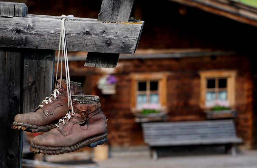 mountain-boots-hung-outside-a-cabin-my-wurliburli-on-pixabay